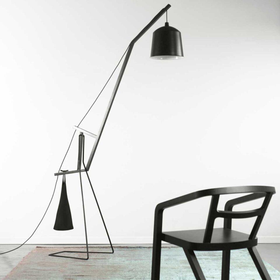 Lampada da terra di design che esprime un equilibrio perfetto tra luce forme e colori