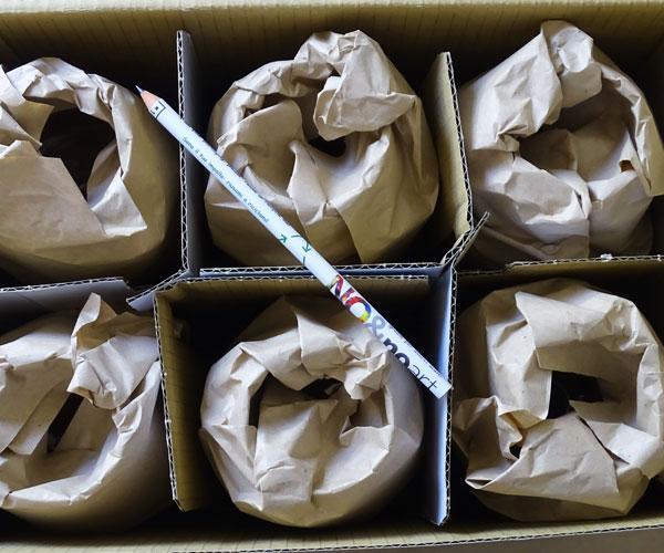 Gli oggetti vengono incartati e nella box viene inserita una piccola sorpresa